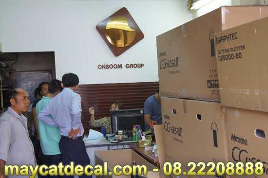 Khách mua máy cắt decal tại Thế Giới Máy Cắt Decal
