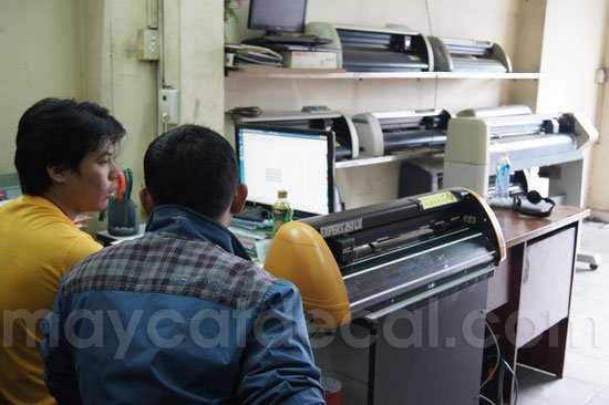 Nhân viên Thế Giới Máy Cắt Decal hướng dẫn kỹ thuật máy cắt decal cho khách hàng